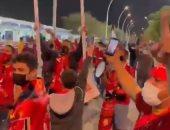 هتافات حماسية لجمهور الأهلى قبل لحظات من مباراة الدحيل.. فيديو