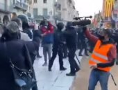 """فوضى فى كتالونيا خلال زيارة مسئولين من حزب """"فوكس"""" مع إلقاء الحجارة والبيض.. فيديو"""