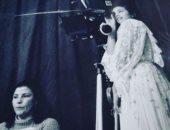 صورة نادرة تجمع المخرجة مفيدة التلاتلى مع هند صبرى بالأبيض والأسود