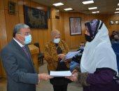 """محافظ المنيا يسلم 102 مشروع مقدمة من """"صندوق التنمية المحلية"""" لأبناء المحافظة"""