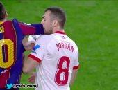 ميسي ينجو من بطاقة حمراء بعد تصرف عنيف في خسارة برشلونة أمام إشبيلية