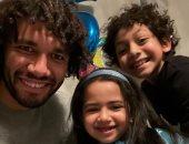 محمد الننى فى صورا مع أبنائه مالك ومليكة.. وزوجته: ليه مش شكلى وشبه باباهم أوى
