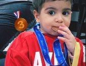 ابنة أيمن أشرف تحتفل بالميدالية البرونزية بقميص والدها.. صور