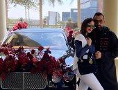 درة تحتفل بعيد الحب مع زوجها هانى سعد.. وسيارة مغطاة بالورود تثير التساؤلات