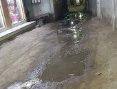 شكوى من انتشار مياه الصرف بشارع فى قرية العزيز بالمنصورة.. والشركة ترد