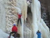 رياضيون يتنافسون على تسلق قمة صخرة ضخمة تغطيها الثلوج فى التشيك.. فيديو