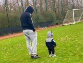 تريزيجيه يصطحب ابنه إلى ملعب أستون فيلا ويوجه رسالة لجمهوره.. اعرف قال إيه
