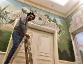 رسم على الحيط والسقف.. شريف يبعث الحياة فى الجدران باللوحات المجسمة