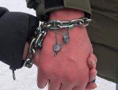 جنون الحب ..زوجان أوكرانيان يقيدان يديهما 3 أشهر لاختبار قوة حبهما.. صور