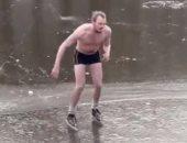 هولندى يسقط فى قناة مائية خلال تزلجه على الجليد بأمستردام.. شاهد ماذا فعل