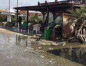 غرق كافتيريات شاطئ بورسعيد بسبب مد البحر بالتزامن مع موجة الطقس السيئ.. صور