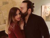 وفاء الكيلانى تحتفل بعيد ميلاد تيم حسن بقبلة وهدية.. صور
