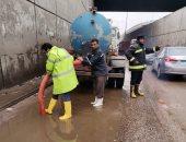 """""""مياه القليوبية"""" تدفع بسيارات ومعدات لرفع تراكمات مياه الأمطار بالطرق والمدن"""