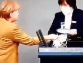 انجيلا ميركل تتعرض لموقف طريف فى البرلمان بسبب نسيان كمامتها.. فيديو