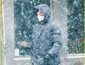 هيو جاكمان وزوجته ديبورا وسط العاصفة الثلجية فى نيويورك