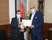 رئيس اليد يكرم شركة جنوب القاهرة للكهرباء لجهودها فى إنجاح المونديال