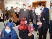 أطفال الأقصر يلتقطون سيلفى مع وزيرة الصحة.. فيديو وصور