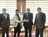 رئيس جامعة كفر الشيخ يكرم طالب فائز بفضية البطولة الدولية الثانية لكمال الأجسام