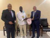 الزمالك يهدي درع النادي لرئيس تونجيث السنغالي