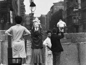 """100 صورة عالمية.. """"طفلان أمام سور برلين"""" معاناة عرفها الأطفال والكبار"""