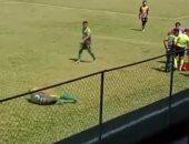 مشهد تمثيلى فاشل للاعب في بطولة جواتيمالا يحاول إضاعة الوقت .. فيديو