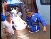 شاهد كيف احتفل عروسان إندونيسيان بزفافهما رغم الفيضان.. فيديو