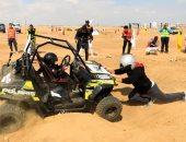 مصر بلد الأبطال.. طفل يشارك والده فى سباق رالى للسيارات على أرض المحروسة