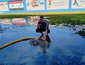 مدير مدرسة يقوم بتنظيف آثار الأمطار وتعقيم الفصول استعدادا للامتحانات