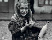 100 صورة عالمية.. فرحة طفلة تشترى اللبن عام 1937