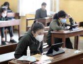 طلاب أولى ثانوى فى 15 محافظة يبدأون امتحان الفلسفة والفيزياء إلكترونيا