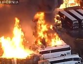 حريق ضخم يلتهم صف أتوبيسات في كاليفورنيا بأمريكا.. فيديو