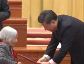 الرئيس الصيني ينحنى أمام سيدة تكريما لجهودها في القضاء على الفقر..فيديو وصور