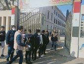 تطبيق الإجراءات الاحترازية لحظة دخول طلاب الثانوى العام لأداء امتحان اللغة الأولى