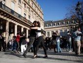 على نغمات كورونا.. رقصات التانجو تتحدى الإغلاق على ضفاف نهر السين بفرنسا
