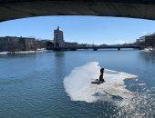 انقاذ صيادين بعد انهيار الجليد من تحتهما فجأة وسط نهر فى أمريكا.. فيديو