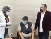 مدير الصحة بالسويس يشهد تلقى كبار السن وأصحاب الأمراض المزمنة للقاح كورونا