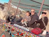 محمد زيدان وزوجته يستمتعان بوقتهما من فوق عربة كارو