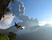 """100 صورة عالمية .. """"على حافة العالم"""" بركان ثائر ورجل على أرجوحة"""