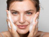 طرق سهلة لتقليل دهون الوجه.. أبرزها الإكثار من المياه وتجنب المقليات
