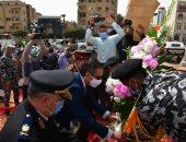 محافظ الفيوم يضع إكليل الزهور على النصب التذكارى تزامناً مع العيد القومى.. صور