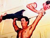 سيلفستر ستالون يكشف كواليس تدريبات تقوية زراعيه بحمل صديقه فى صورة من55عامًا