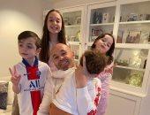 """نجوم العالم زيدان وكارلوس وإنيستا يحتلفون بـ""""يوم الأب"""" مع أبنائهم.. صور"""