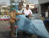 """مهندس هندى يصنع سيارة على شكل طائرة """"رافال"""" تجوب الشوارع.. فيديو"""