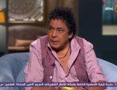 """سر بكاء محمد منير أمام يوسف شاهين بسبب """"على صوتك بالغنا"""".. فيديو"""