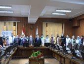 رئيس جامعة بنى سويف يسلم 25 طالبا مكافأة مالية بمشروع حاضنات المتفوقين دراسيا