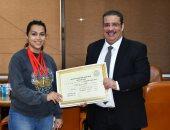 رئيس جامعة القناة يكرم الطالبة آية عباس بطلة العرب للقوة البدنية