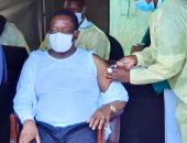 """رئيس زيمبابوى يتلقى لقاح """"سينوفاك"""" الصينى"""