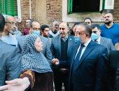 محافظ الإسكندرية يضع إكليلا من الزهور على النصب التذكارى للشهداء