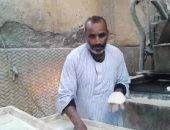 """تحدى مرضه ولم يستسلم.. """"عبدالكريم"""" مريض فشل كلوى يغسل ليلا ويقف أمام لهيب المخبز صباحا بأسوان"""