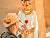 """""""الفرعون الصغير"""".. """"أمير"""" يدعم السياحة بجلسة تصوير في معبد الكرنك بالأقصر"""